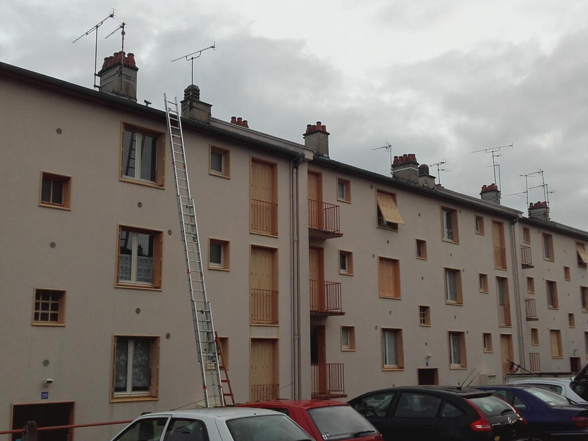 installateur antenne collective dans l'Allier: démontage des vieilles antennes sur immeuble à Montluçon